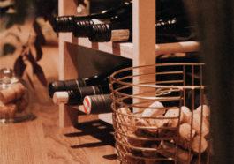 drewniany stojak na wino